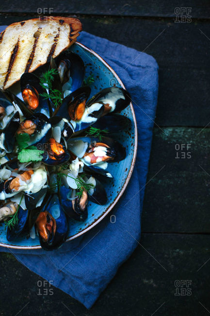 A plate of mussels and toasted bread