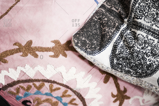 Embroidered and patterned blankets - Offset