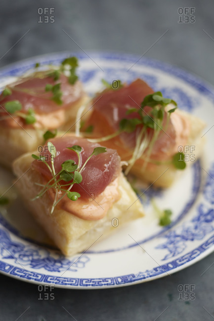 Puff pastry with tuna and microgreens