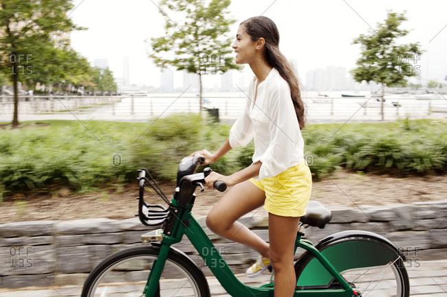 Brunette woman using bike share