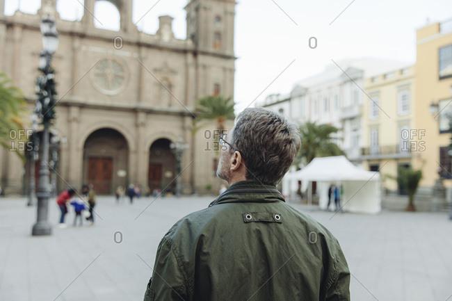 Man looking at Catedral de Santa Ana