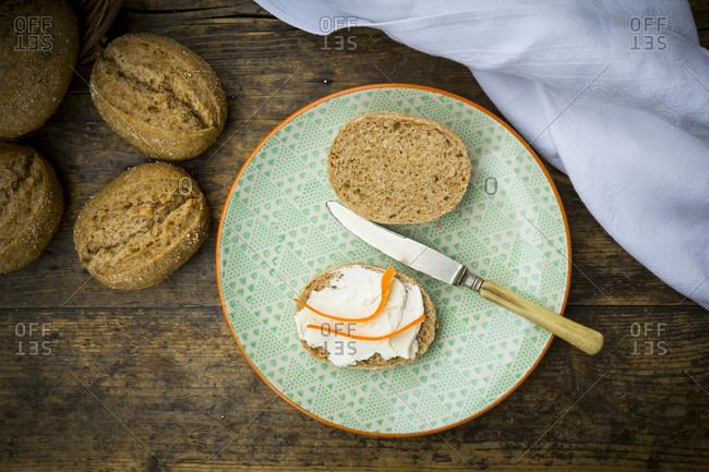 Organic spelt rolls with cream cheese