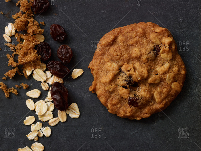 An oatmeal and raisin cookie and its ingredients