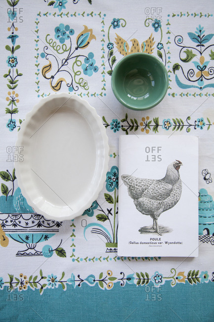 Table setting with a picture of a chicken