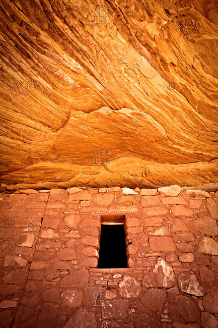 Granary and sandstone ceiling at Moon House Ruin at Cedar Mesa, Utah, USA