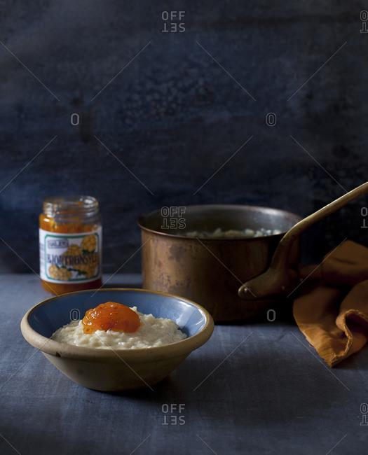Cardamom rice pudding with jam