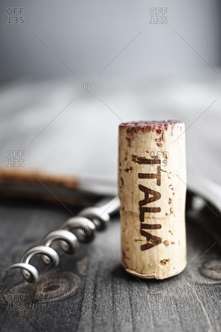 Corkscrew and wine cork with the word 'Italia'