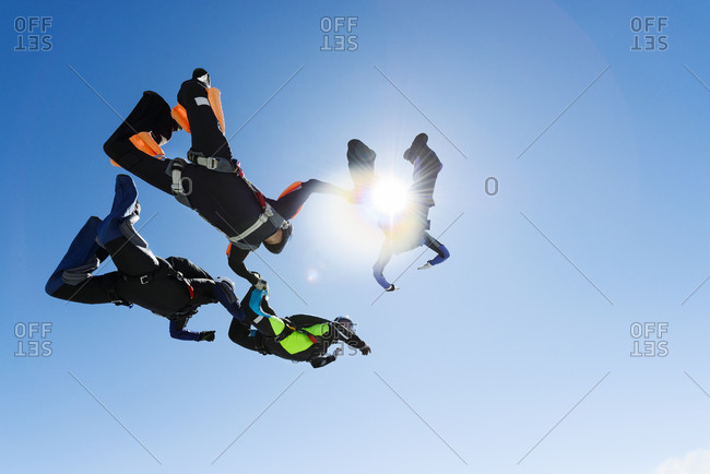 Sky-divers in a ring in air