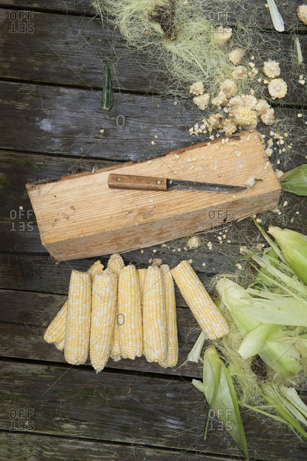 Husked corns on a wooden table