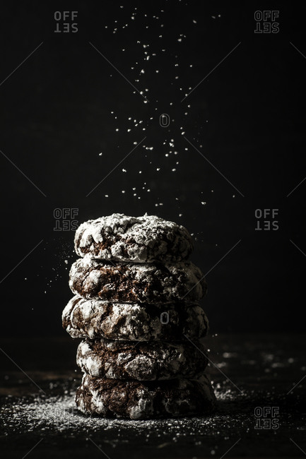 Crinkle cookies with powdered sugar