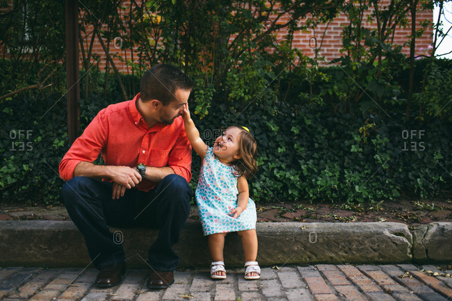 A little girl points to her dads eye