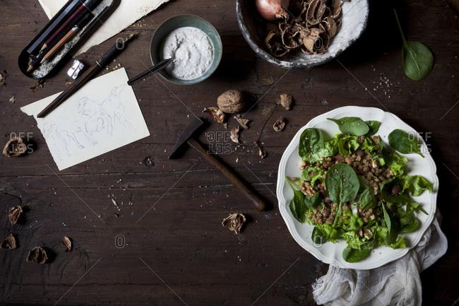 Spinach leaf salad with spelt, pinto beans and a yogurt walnut dressing