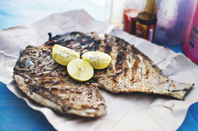 Grilled fish with limes