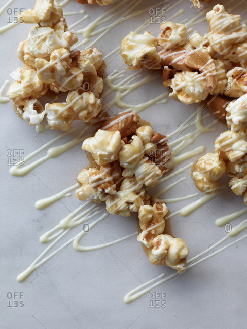 Popcorn with white chocolate and nuts