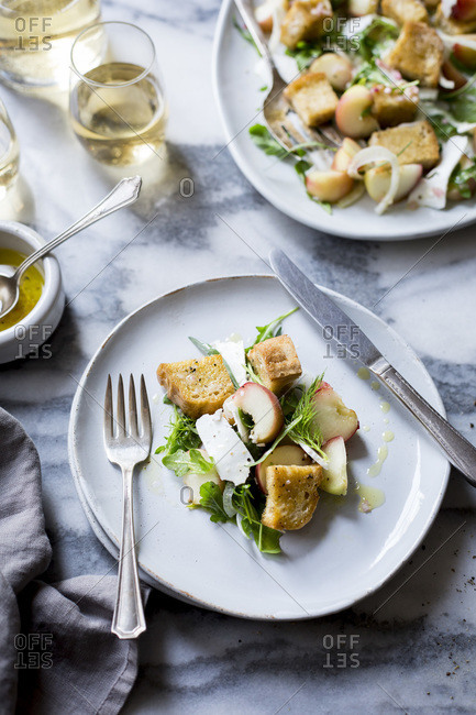Salad with peaches, croutons and arugula