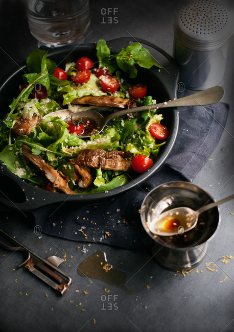 Salad with tomatoes, chicken and sesame dressing
