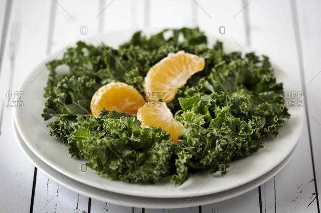 Lettuce leaves with tangerine wedges
