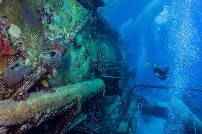 Diver circumvents the exterior of the Aquarius Habitat at Conch reef