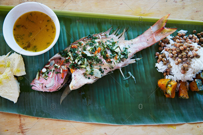 Grilled fish with herbs, rice and legumes