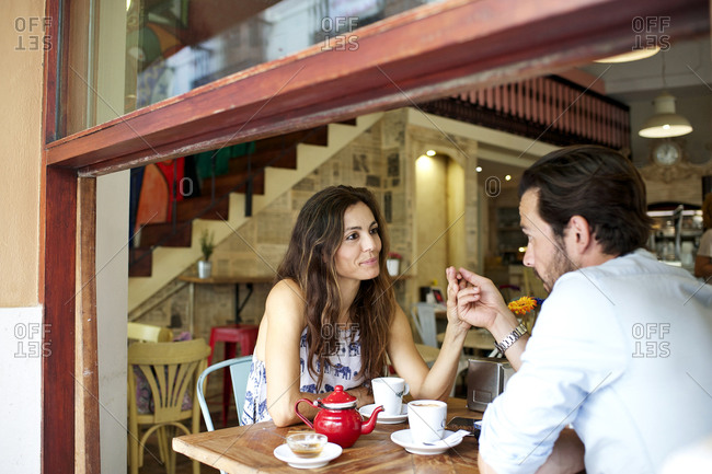 Couple talking at a caf_ table