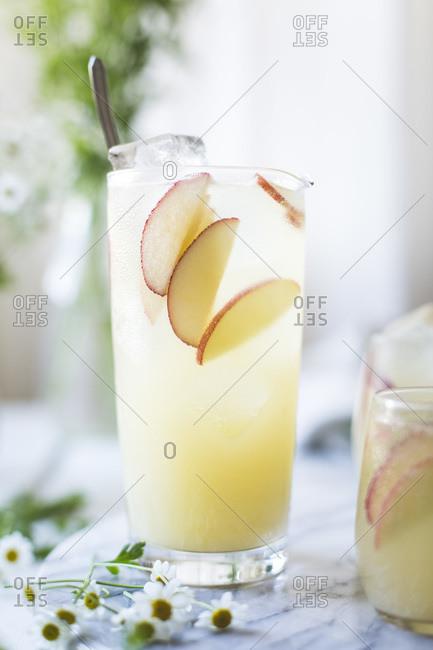 White nectarine prosecco sangria - Offset