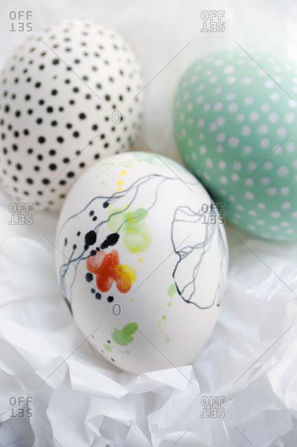 Three painted ceramic eggs - Offset