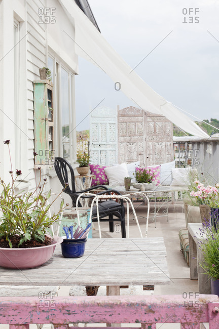 An eclectic, shabby chic patio in Sweden