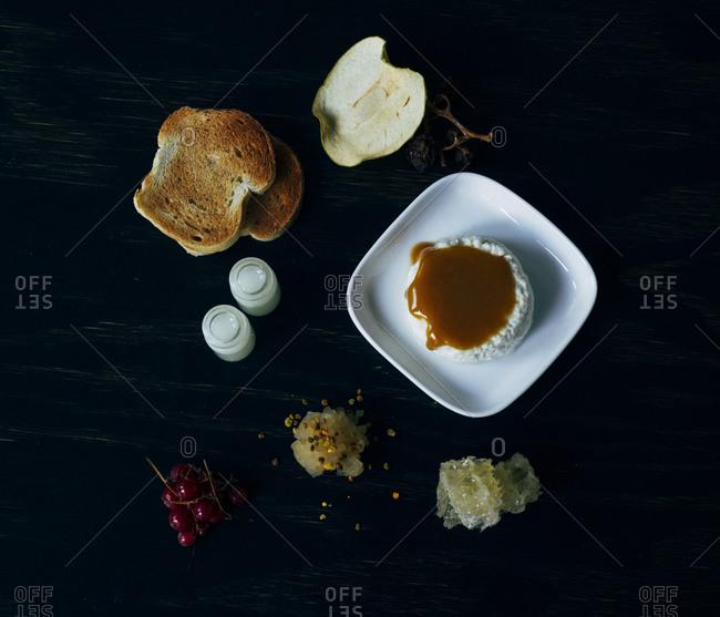 Toast, honey and fruit