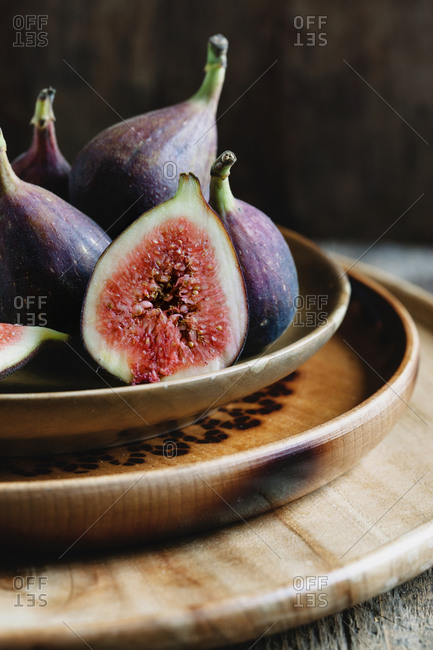 A plate of whole and sliced figs