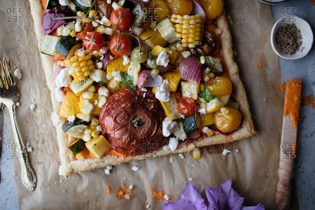 Whole pizza topped with various vegetables