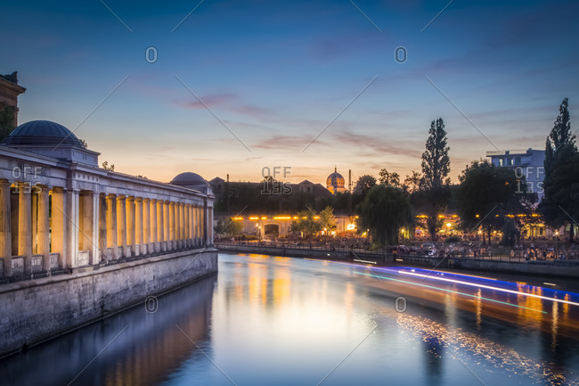 Alte Nationalgalerie and New Synagogue during sunset