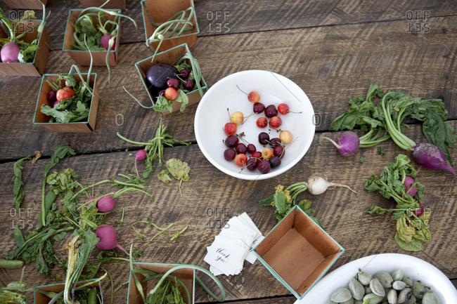 Assembling vegetable and fruit baskets