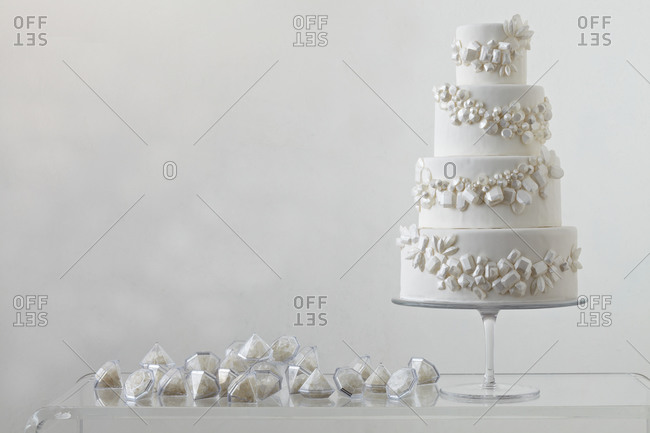 Wedding cake with gemstone design and party favors