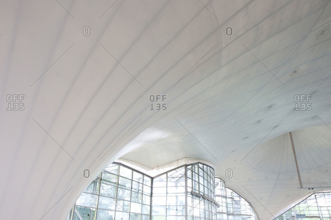 Building with vaulted cloth ceiling