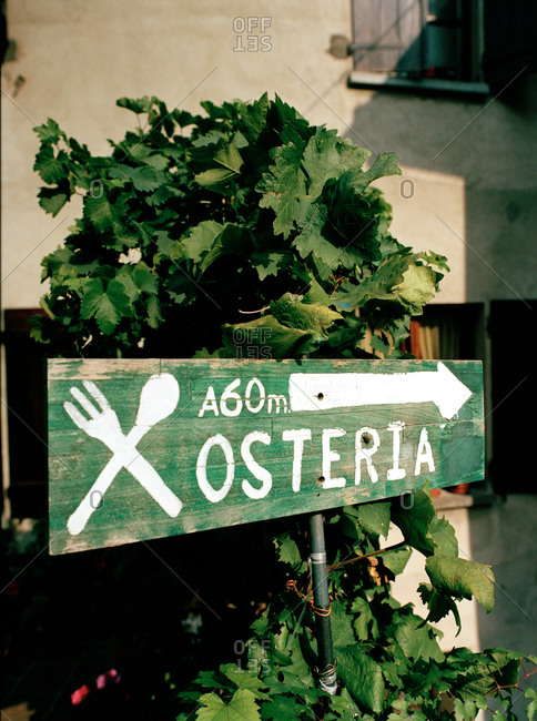 Sign pointing to an Italian restaurant