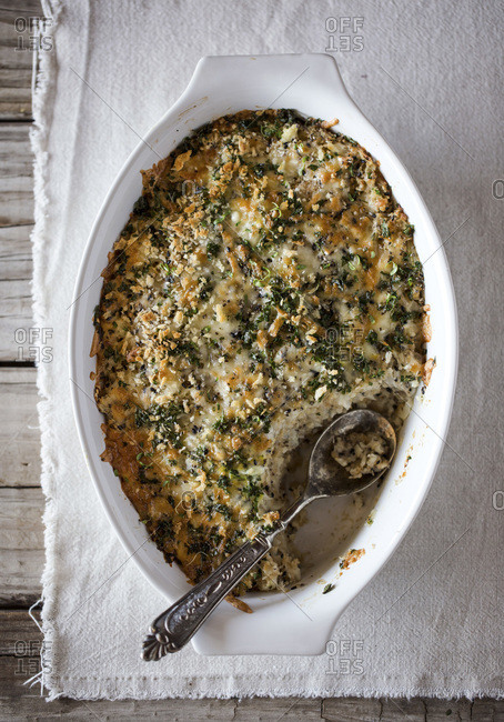 Spicy cauliflower gratin dish with crunchy topping