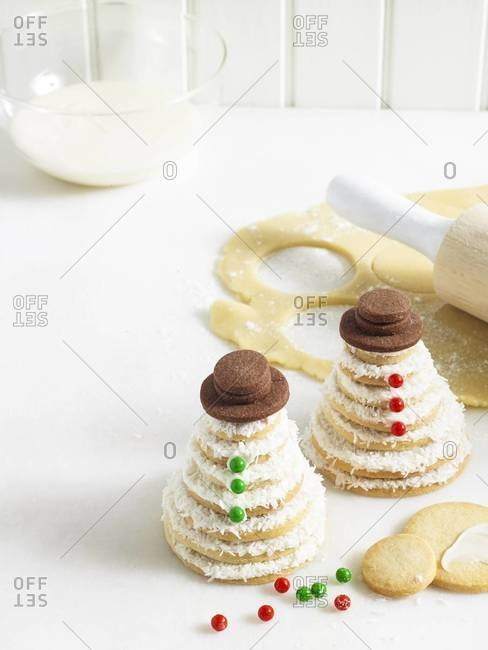 Snowman shaped stacks of cookies