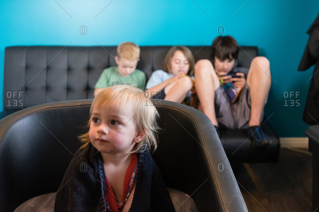 A group of siblings sits in a salon