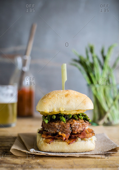 Hamburger with asparagus and bacon