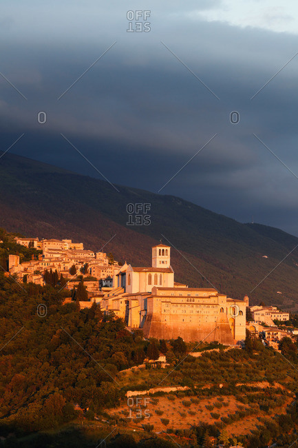 Assisi with Basilica of San Francesco in the evening, Assisi, UNESCO World Heritage Site, St. Francis of Assisi, Via Francigena di San Francesco, St. Francis Way, Assisi, province of Perugia, Umbria, Italy