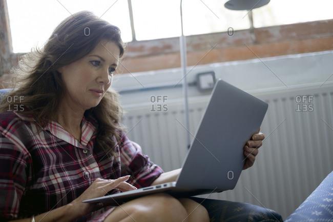 Woman using a laptop - Offset