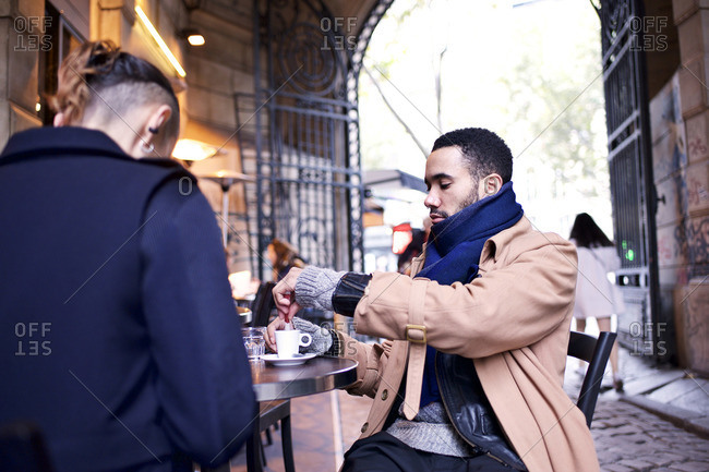 Couple drinking coffee at an outdoor caf�