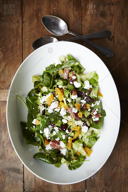 Spinach salad with bacon and dried fruit