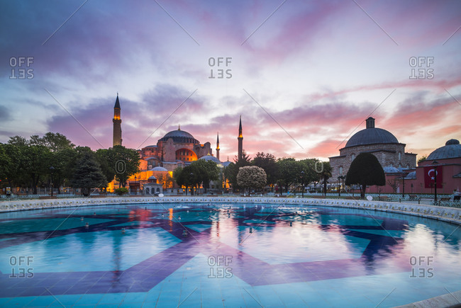 Hagia Sophia (Aya Sofya) (Santa Sofia), UNESCO World Heritage Site, at sunset, Sultanahmet Square Park, Istanbul, Turkey