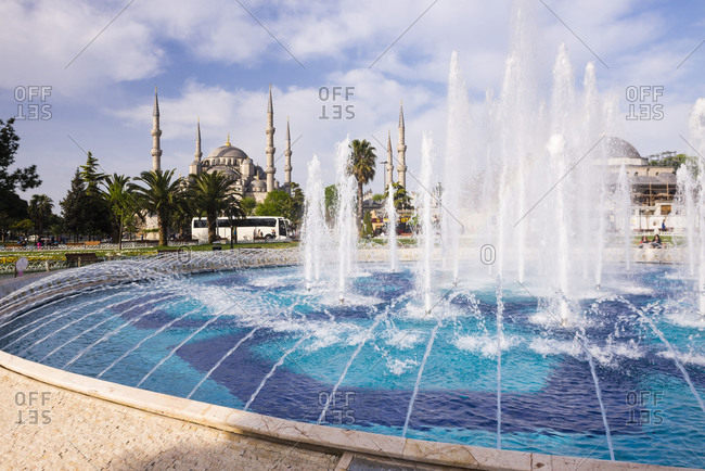 Blue Mosque (Sultan Ahmed Mosque) (Sultan Ahmet Camii) and fountain in Sultanahmet Park, Istanbul, Turkey