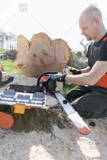 Lumberjack refueling motor saw - Offset