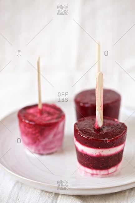 Berry and yogurt popsicles