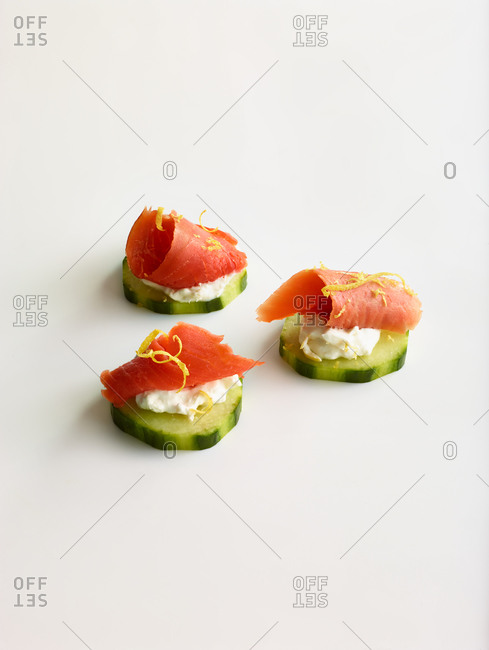 Cucumber slices with salmon and cream cheese
