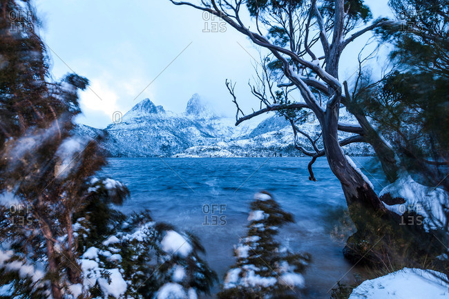 Winter weather blowing across Cradle Mountain and Dove Lake