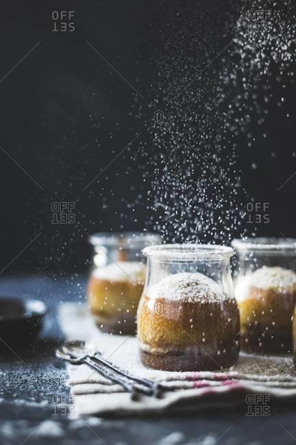 Sprinkling sugar on maple syrup cake